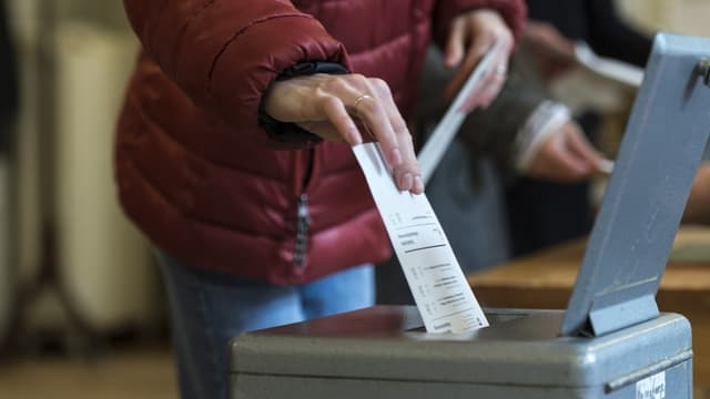 Dunna metta cedel da votar en l'urna