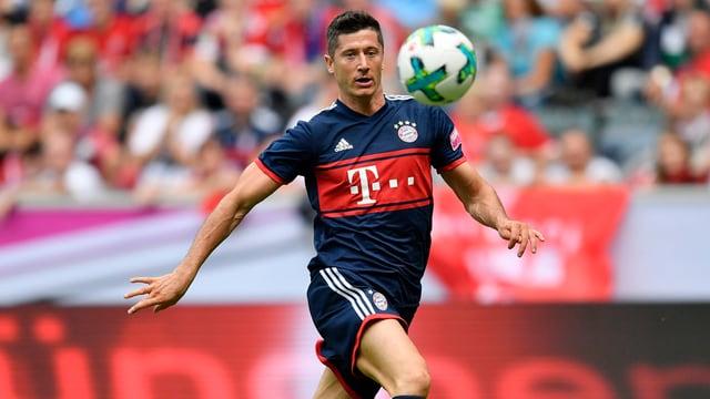 Lewandowski fokussiert bei einem Freundschaftsspiel den Ball.