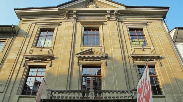 Ein Haus, an dem die Winterthurer Fahne hängt.