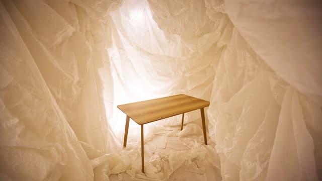 ein hölzerner Tisch