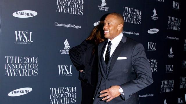 Dr. Dre in einem blauen Anzug