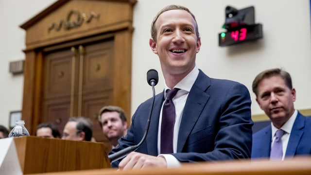 Facebook-Chef Mark Zuckerberg sitzt vor dem US-Kongress vor einem Mikrofon.