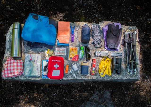 Gegenstände, die SRF 1-Outdoor-Reporter Marcel Hähni mitnimmt auf den Walserweg Graubünden.