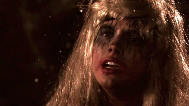 Verzweifelte Frau mit verschmierter Schminke im Gesicht