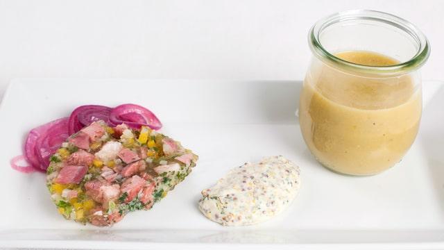 Gnagi-Terrine mit Zwiebelsalat und Gelberbsensuppe.