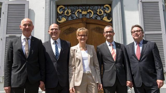 Baselbieter Regierung posiert gemeinsam vor dem Regierungsgebäude in Liestal.