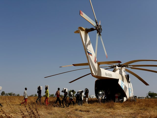 Kisten mit Nahrungsergänzungsmitteln: Soeben angeliefert durch einen russischen Helikopter des WFP.
