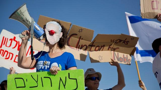 Protestierende mit Transparenten