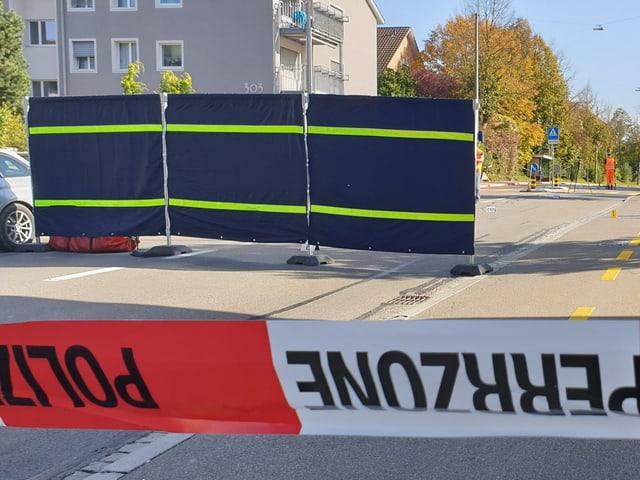 Die Polizei sperrt die Tösstalstrasse in Winterthur.