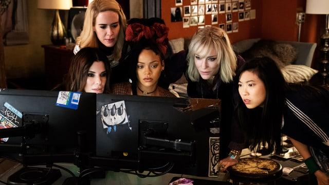 Frauen schauen in einen Computer.