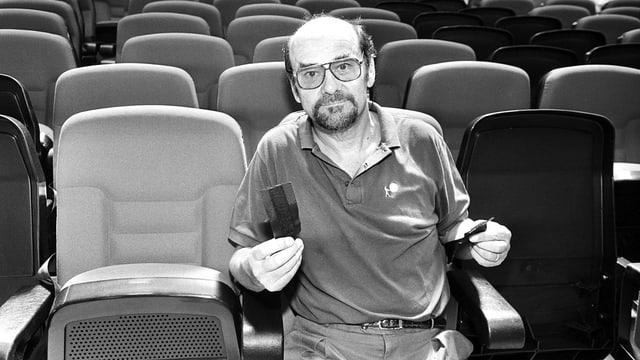 Kinopionier Erwin C. Dietrich sitzt im Kino.