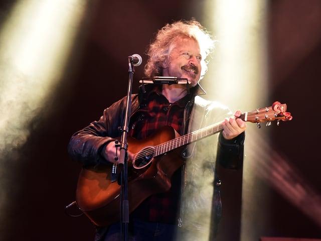 Wolfgang Niedecken auf der Bühne mit Gitarre