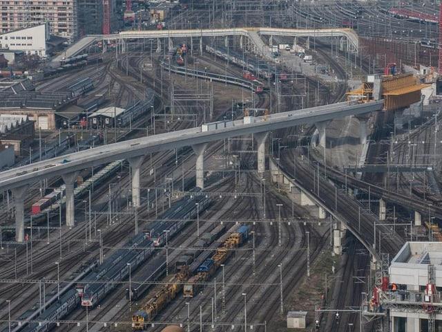 Eine Brücke führt über mehrere Bahngleise.