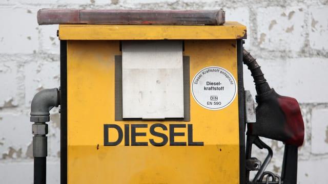 Eien gelbe Zapfsäule mit der Aufschrift «Diesel».