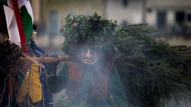 Wild Maa, vor der Maske eine Rauchschwade