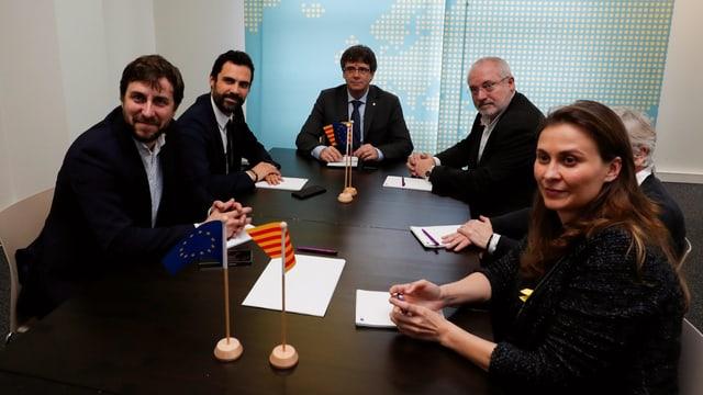 Verschiedene katalanische Politiker sitzen mit Carles Puigdemont an einem Tisch.