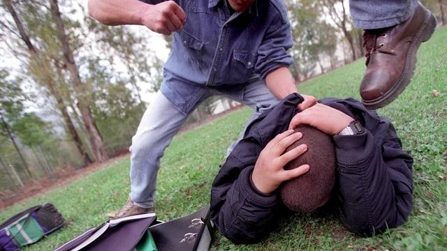 Männer schlagen eine Mann