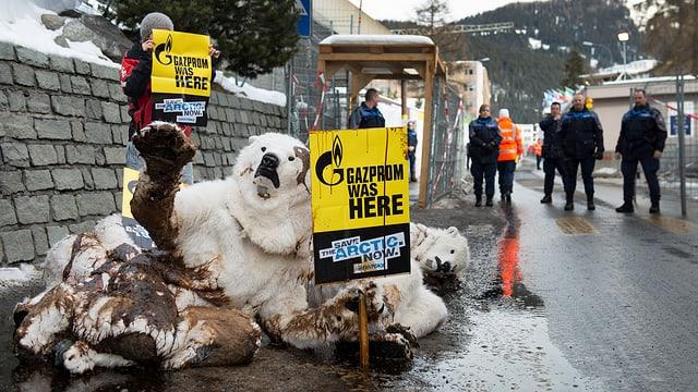 Als ölverschmutzte Eisbären verkleidete Greenpeace-Aktivisten mit Bannern, auf denen steht: «Gazprom war hier.»