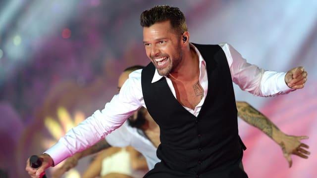 Ricky Martin strahlend auf Bühne