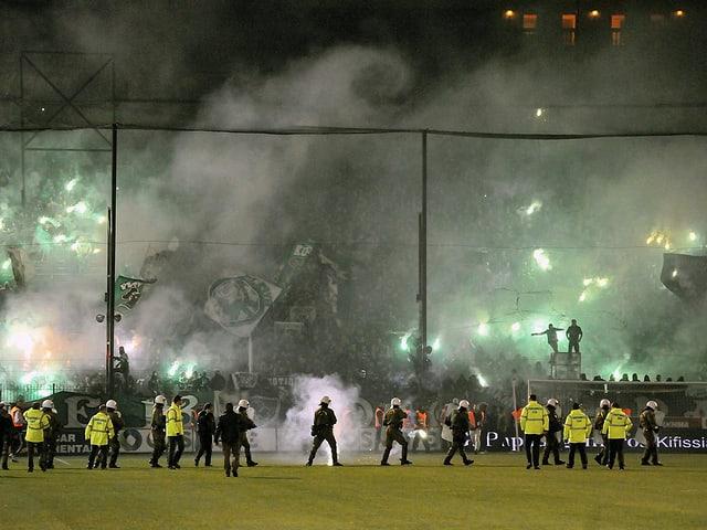 Panathinaikos-Fans feuern Pyros ab