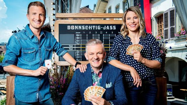Von links: «Donnschtig-Jass»-Ko-Moderator Stefan Büsser, Moderator Rainer Maria Salzgeber und Schiedsrichterin Sonia Kälin.