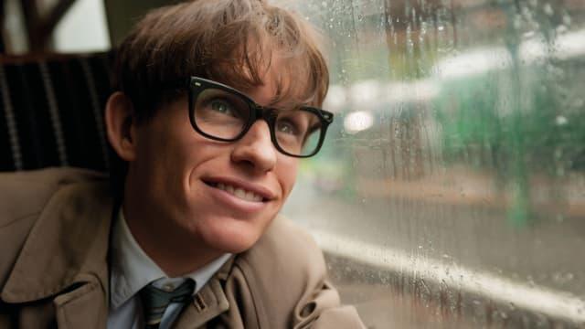 Stephen Hawking schaut aus dem Fenster.