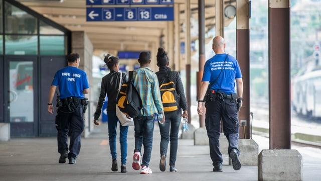 Dus polizists da cunfin cun trais giuvenils esters da davosen.