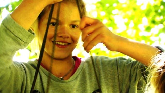 Video «Sara geniesst das Sommerlager» abspielen