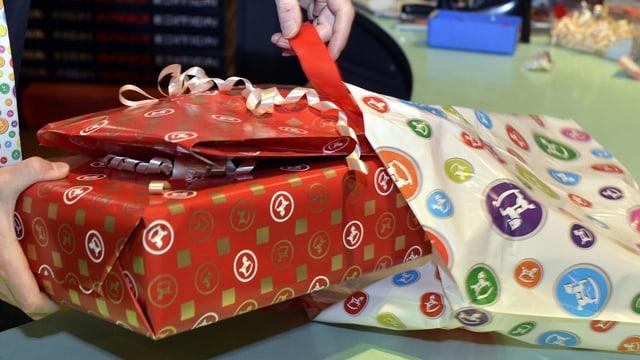 In maun metta pachets da Nadal en ina tastga.