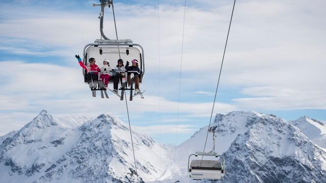 Skigebiet Arosa: Sesslilift mit Skifahrern drauf