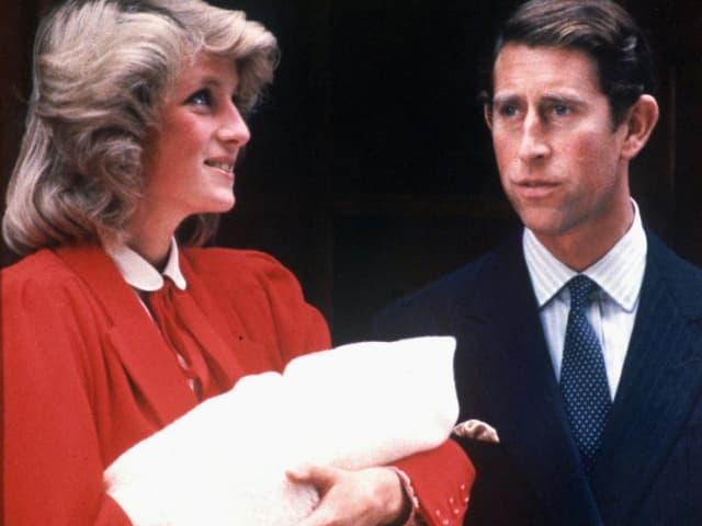 Prinzessin Diana und Prinz Charles verlassen das Spital mit dem Neugeborenen, Prinz Harry.