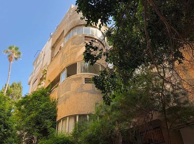 Blick auf eine typische Bauhaus-Fassade mit runder Hausecke.