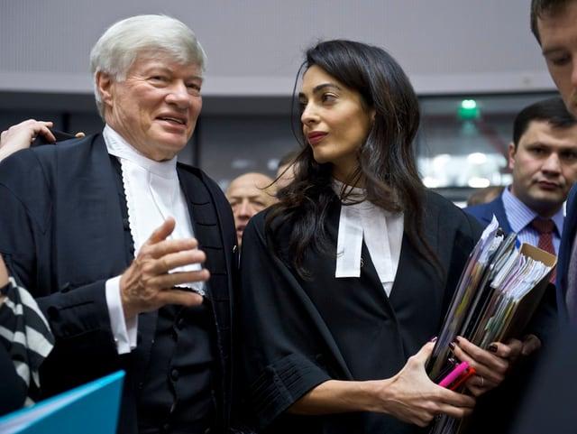 Clonney unterhält sich mit ihrem Kollegen Geoffrey Robertson, ebenfalls Anwalt.