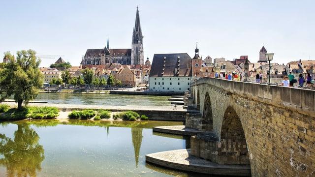 Ein Fluss, eine Brücke und ein Dom.