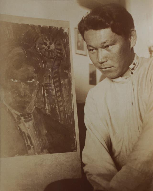 Der Maler Ural Tansykbaev vor neben seinem Selbstporträt, Fotografie eines unbekannten Fotografen.