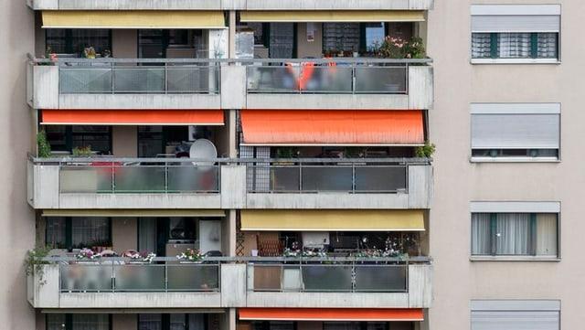 Wohnblock mit Balkonen und Satellitenschüsseln