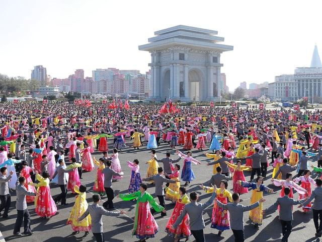 Tausende Menschen auf einem Platz.