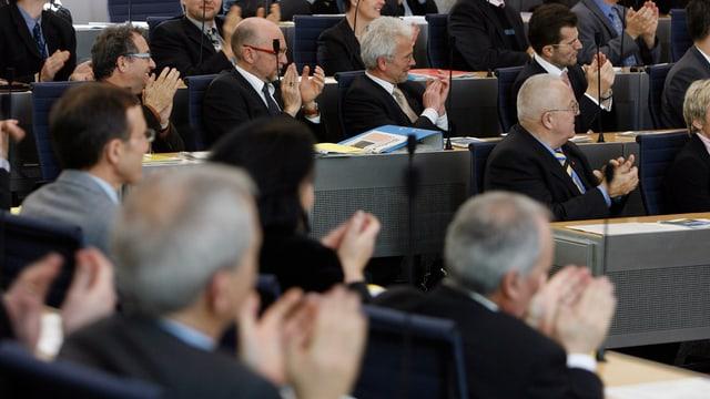 Ein Blick in den Grossen Rat, wo die Mitglieder klatschen.