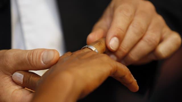 Hände an einer Hochzeit, Ringe tauschen