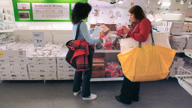 Zwei Frauen betrachten Ikea-Lampen.