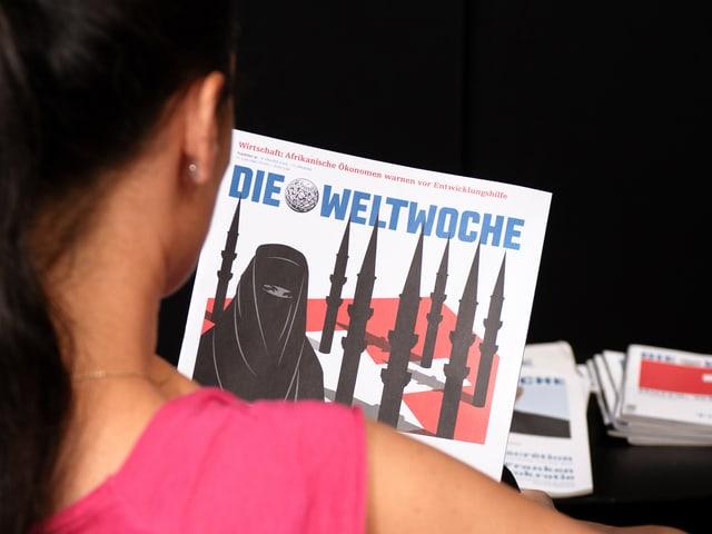 Frau schaut sich «Weltwoche»-Cover an.