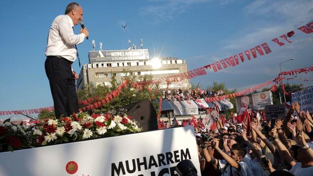 Muharrem Ince tar ina manifestaziun ad Istanbul.