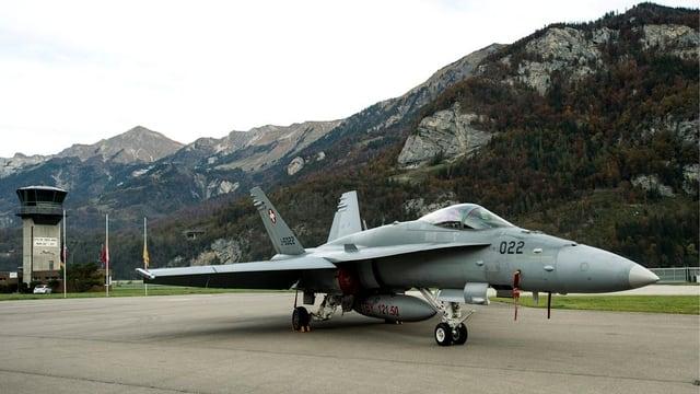 Ein Kampfjet auf einer Landepiste.