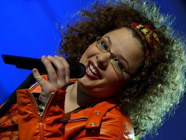 Carmen Fenk mit Mikrofon