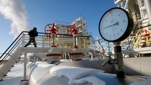 Öl-Piplines in winterlicher Landschaft