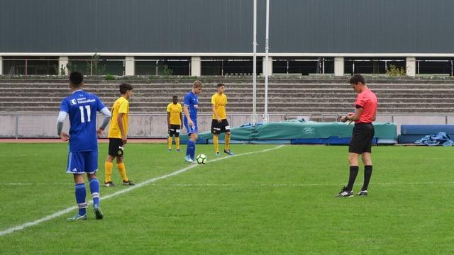 Schiedsrichter Gian Feller auf dem Spielfeld im Stadion Bern-Neufeld