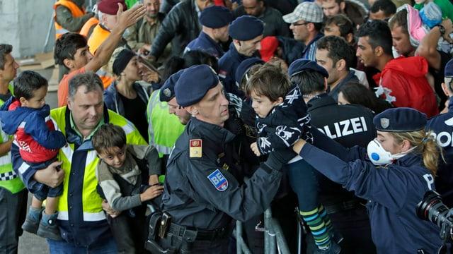 Polizei und Helfer versorgen die vielen Flüchtlinge am Grenzübergang Nickeldorf.