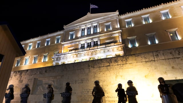 Polizia avant il bajetg dal parlament grec ad Athen.