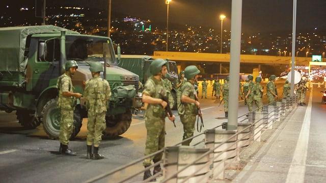 Soldaten auf Brücke