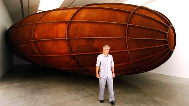 ein 24 Tonnen schwerer Tank aus COR-TEN-Stahl, dem Wesen nach mehr Volumen als Masse.
